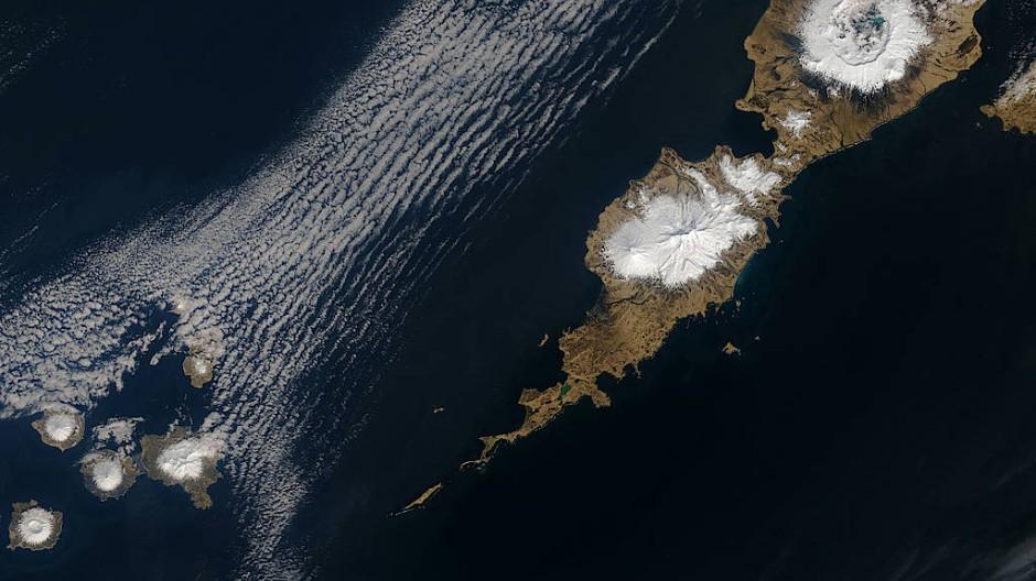 Satellitenbild einer Inselgruppe in Alaska: Oben rechts ist der Okmok - Vulkan zu sehen, der 2008 zuletzt aktiv war - wie schon 43 vor Christus