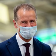 VW-Chef Herbert Diess trägt Maske bei einem Fabrikbesuch vergangenen April.