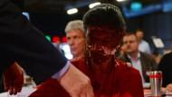 Hat sich den Abend wohl anders vorgestellt: Fraktionsvorsitzende Sahra Wagenknecht nach einer Attacke mit einer Sahnetorte.