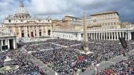 Könnte das Ziel terroristischer Anschläge wie in Paris und Brüssel sein: der Vatikan in Rom - hier ein Foto während einer päpstlichen Messe auf dem Petersplatz