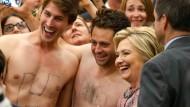 Halbnackte Männer bringen Clinton aus dem Konzept
