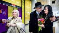 Leyla und Arif Yunus nach der Entlassung mit ihrer Tochter.