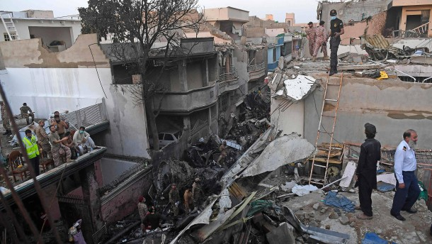97 Tote bei Flugzeugabsturz in Karachi