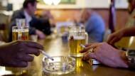 Deutschland hat das Rauchen in Restaurants zwar allgemein verboten – doch für die politische Regulierung von Alkohol, Nikotin und Essen tut der Staat im europäischen Vergleich wenig.