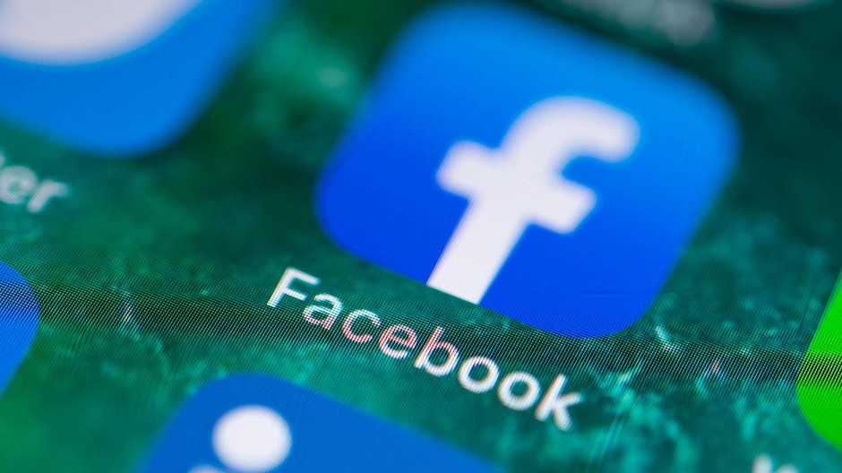 Die App Facebook auf dem Bildschirm eines iPhones.
