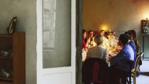 Um den Tisch haben sie alle Platz gefunden, doch wo werden sie später ihre müden Häupter betten?