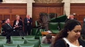 Die Abgeordnete Nina Grewal vor einer verbarrikadierten Tür im kanadischen Paralament
