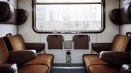 Wer sich über Stunden gegenübersitzt, der kommt irgendwann ins Gespräch. Blick in ein Zugabteil der Deutschen Bahn, aufgenommen im Jahr 2001