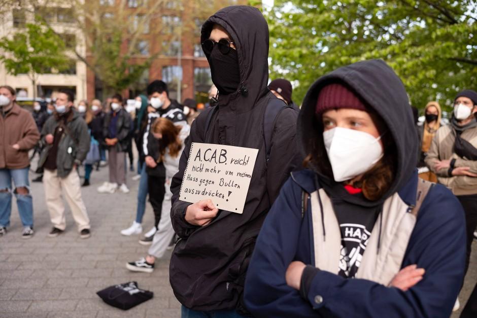 Harte Worte: Die Demonstranten kritisieren die Einsatzkräfte, sprechen aber auch von Hass gegenüber der gesamten Polizei.