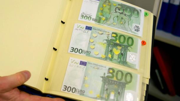 Falschgeldzentrum der Bundesbank -  In der Mainzer Filiale wird das Falschgeld aus ganz Deutschland untersucht und zerstörte Scheine rekonstruiert.