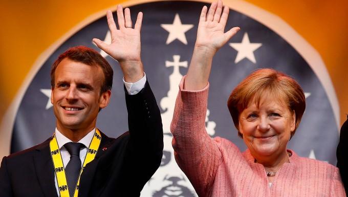 Hallo, Europa: Merkel und Macron bei der Verleihung des Karlspreises