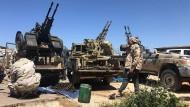 Tripolis: Kämpfer einer bewaffneten Gruppe, die die international anerkannte Regierung von Fajez Sarradsch unterstützen, bereiten ihre Munition vor.