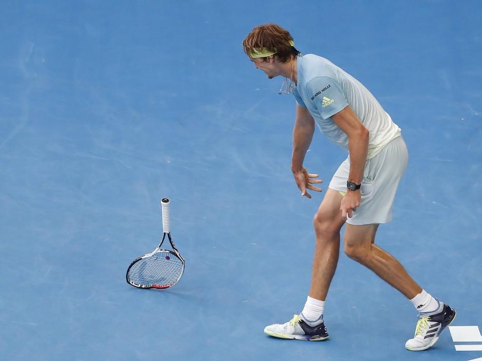 Frust bei Alexander Zverev: Der Weltranglisten-Vierte schleudert seinen Schläger auf den Boden.