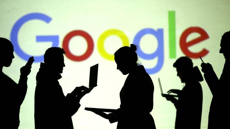 Silhouetten vor einem Google-Logo