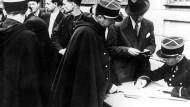 Französische Polizisten kontrollieren im August 1941 die Papiere festgenommener Juden