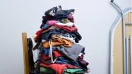 Die Menschen horten Klamotten – um sie dann oft wieder zu entsorgen.
