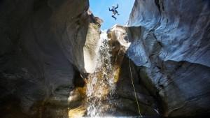 Canyoning ist eine Extremsportart - die meisten, die es versuchen, sind aber Anfänger. Über den freien Fall in den Schluchten Österreichs und der Schweiz.
