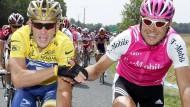 Jan Ullrich (rechts) reicht Lance Armstrong im Jahr 2004 auf der Schlussetappe der Tour de France die Hand.