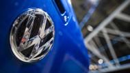Glänzt nicht mehr so wie einst: Das VW-Zeichen auf der Pariser Automesse im September