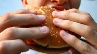 Schlechte Ernährung: Nur 29 Prozent aller Jungen im Alter von 15 Jahren essen Obst, bei den gleichaltrigen Mädchen sind es 37 Prozent.