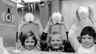 Hände hoch: 1966 konnte man sich mit Sparschweinen gut sehen lassen. Heute geht, auch wegen der niedrigen Zinsen, die Risikoabsicherung vor.
