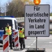 Polizeibeamte kontrollieren Anfang April die Zufahrt zur Insel Usedom.