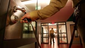 Regierung hält an Privatisierung von Gefängnis fest
