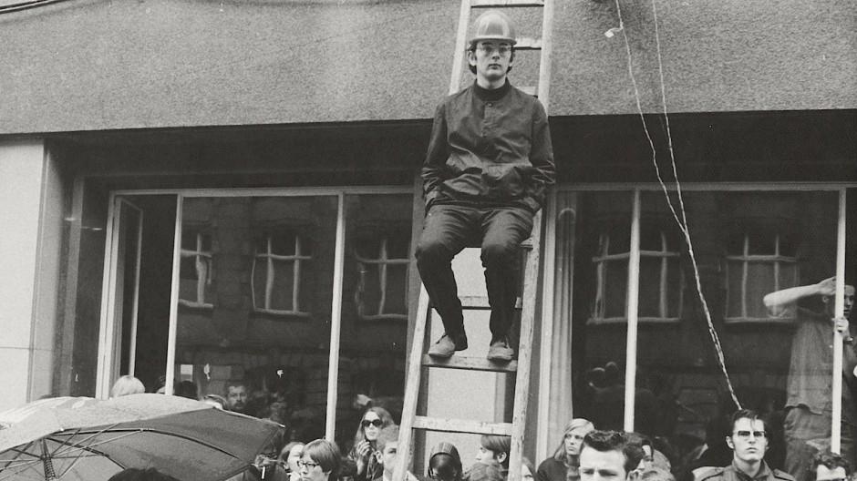 Aufsässig: der Jungrevolutionär 1968 an der Goethe-Universität bei einer Demonstration gegen die Notstandsgesetze