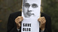 """Prag: Ein Demonstrant protestiert mit einem Porträt des Regisseurs und einem Plakat mit der Aufschrift """"Free Oleg Sentsov"""" vor der russischen Botschaft."""