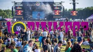 Kleinbus fährt bei niederländischem Festival in Besuchergruppe