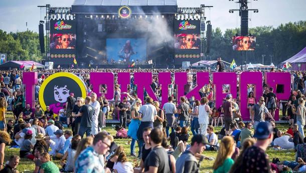 kleinbus-f-hrt-bei-niederl-ndischem-festival-in-besuchergruppe