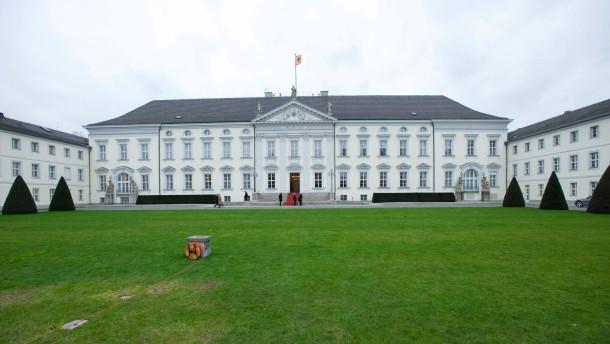 Christian Wulff - Der Bundespräsident gibt den Neujahrsempfang für verdiente Bürger des öffentlichen Lebens und das Bundeskabinett mit Bundeskanzlerin Merkel in seinem Berliner Amtssitz