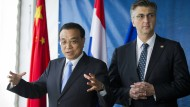 Chinas Ministerpräsident Li Keqiang und Kroatiens Premierminister Andrej Plenkovic während eines Termins an der Baustelle der Pelješac-Brücke