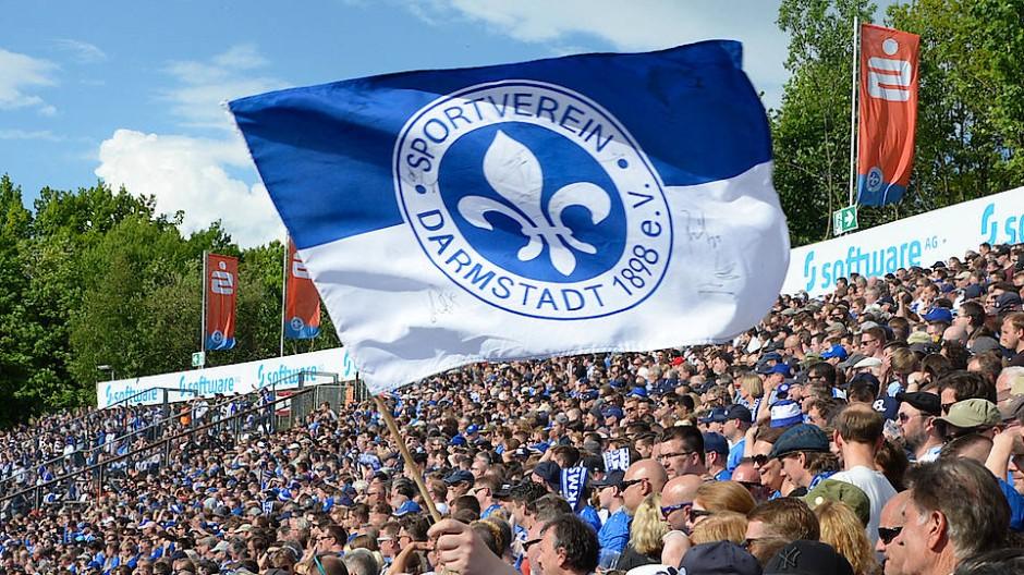 """Fans schwenken die Fahne des SV Darmstadt im Mai 2017: Vielleicht bekommen die intellektuell beeinträchtigen Fußballer der """"Lilien"""" ja auch mal eine solche Unterstützung wie die Profis."""
