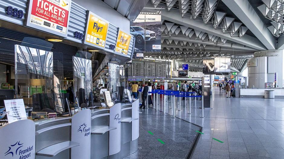 Der Umsatz des Flughafenbetreibers Fraport ist im ersten Halbjahr fast um die Hälfte eingebrochen – auf  910,6 Millionen Euro.