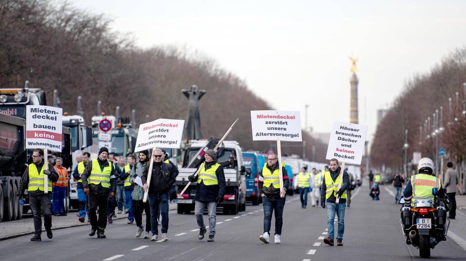 09.12.2019, Berlin: Demonstranten gehen mit Schildern zu einer Kundgebung eines Bündnisses der Berliner Bau- und Wohnungswirtschaft und von Vermietern gegen den Mietendeckel.