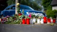 Blumen und Kerzen stehen an der Stelle, an der eine unbeteiligte Frau bei dem mutmaßlichen Autorennen verletzt und später gestorben ist.