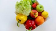 Eine Schale mit Gemüse und ein wenig Obst ist in den meisten Fällen nie verkehrt.