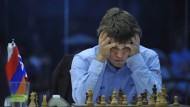 Konzentration pur: Der Norweger Magnus Carlsen kann mit verbundenen Augen gleichzeitig gegen zehn Gegner antreten und gewinnen.