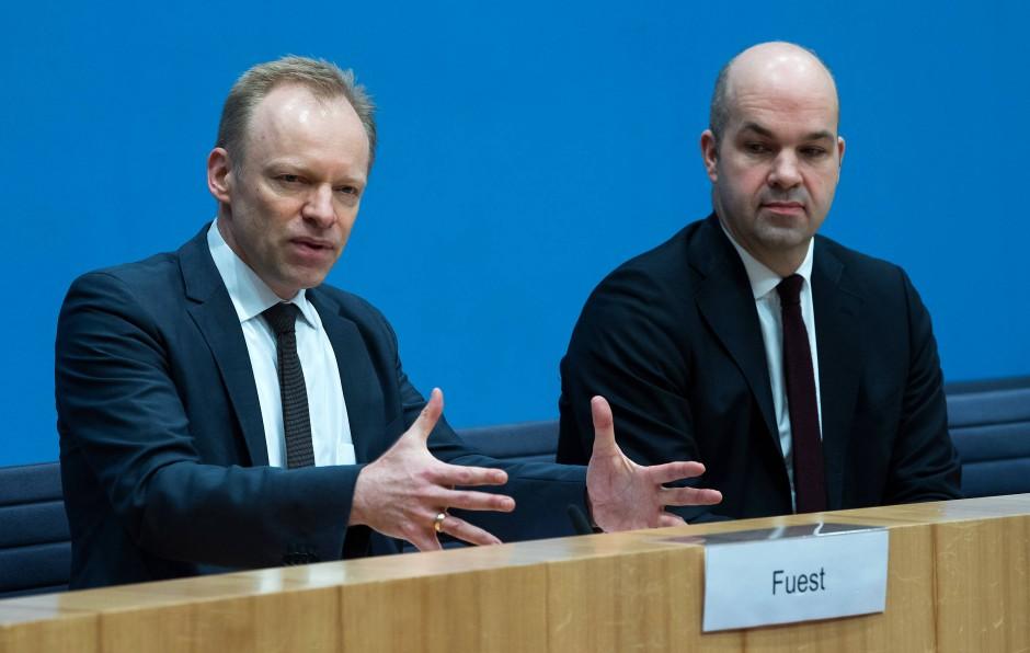 Clemens Fuest (l), Präsident des ifo Instituts, und Marcel Fratzscher, Präsident des Deutschen Institutes für Wirtschaftsforschung (DIW),  bei einer Pressekonferenz in Berlin