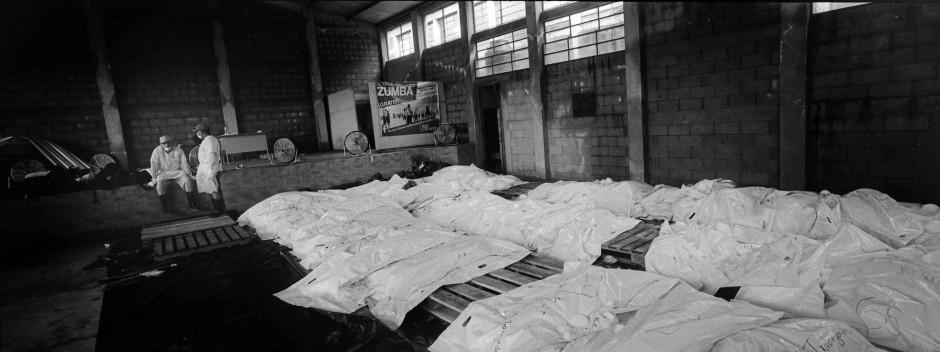 Dutzende, in weisse Bodybags gehüllte Todesopfer, liegen in einer improvisierten Leichenhalle in Escuintla. Angehörige warten auf DNA-Testergebnisse.