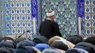 Muslime beten im Gebetsraum einer Moschee in Deutschland.