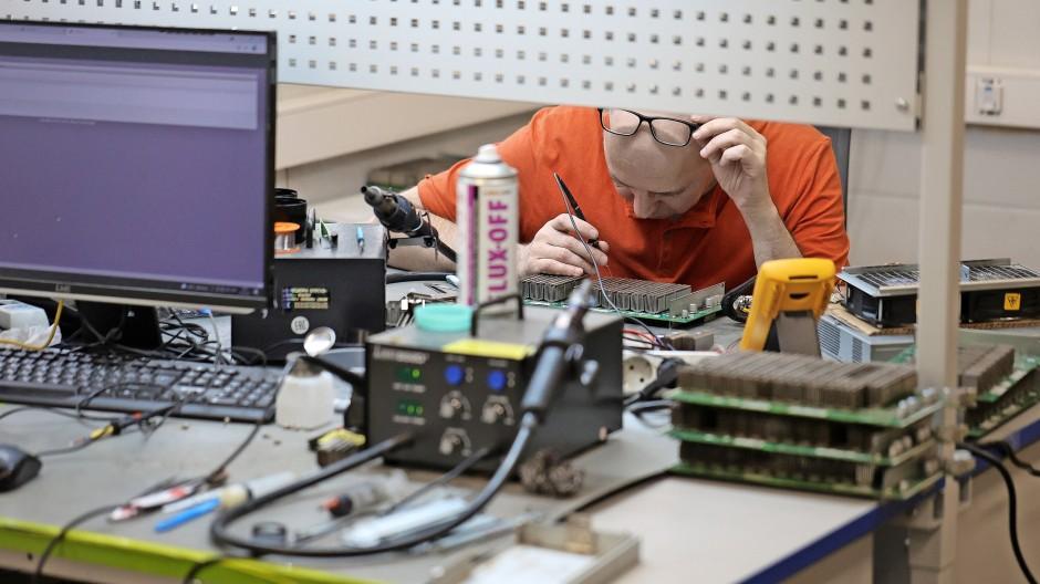 Immer mehr Miner verlassen China: Hier repariert ein Techniker einen der Computer in einer Mining-Farm in Moskau.