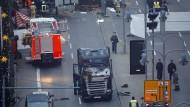 Rettungskräfte und Ermittler der Polizei im Einsatz nach dem mutmaßlichen Anschlag auf den Weihnachtsmarkt am Breitscheidplatz in Berlin.