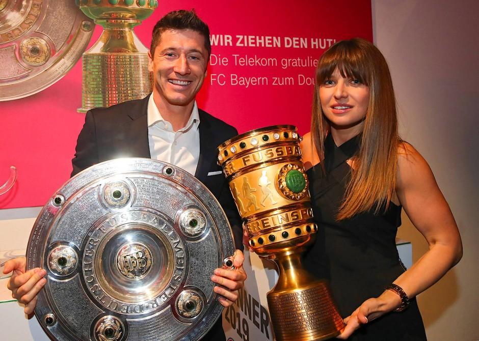 Robert Lewandowski und Anna Lewandowska posieren 2019 mit DFB-Pokal und Meisterschale beim Bankett des FC Bayern München.