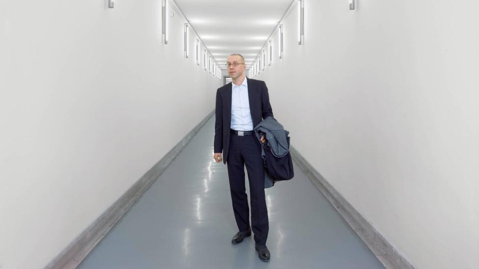 Kurzhaarschnitt, modische Brille, kontrollierte Lässigkeit: Jörg Asmussen verkörpert einen neuen Typ von Spitzenbeamten