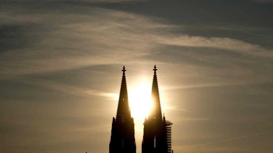 Kölner Dom in der Abend-Sonne (Symbolbild)