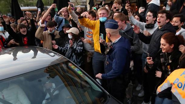 Tausende feiern Ende der Ausgangssperre in Brüssel – viele ohne Maske