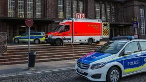 Polizei rätselt über Motiv für Messerattacke im Zug