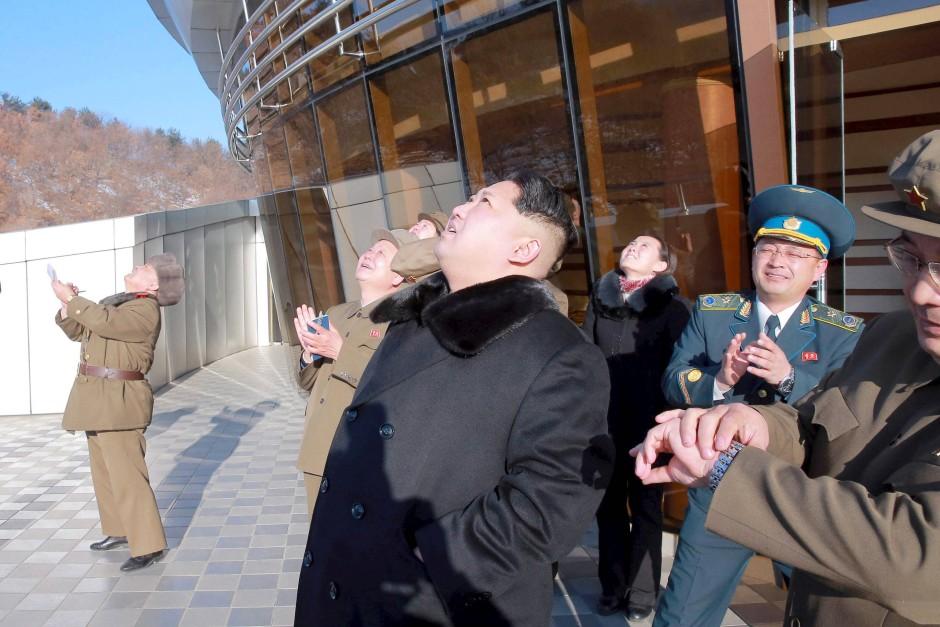 Nordkoreas Machthaber beim Start der Rakete